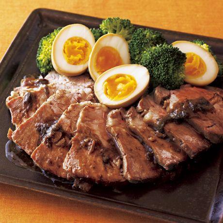 お箸で切れるやわらかさ「焼き豚卵」のレシピです。プロの料理家・石原洋子さんによる、豚ロースかたまり肉、ゆで卵、長ねぎ、にんにく、しょうがなどを使った、1972Kcalの料理レシピです。