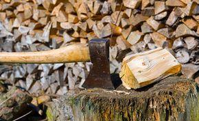 Wenn die kalte Jahreszeit anbricht, ist die Saison der Kachelöfen und Kamine eröffnet. Auch im Garten kann man mit einem Feuerkorb und dicker Decke noch schöne Abende verbringen. Doch zuerst muss das Brennholz gesägt und gespalten werden.