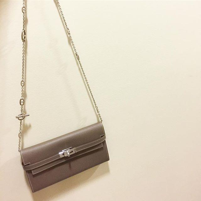 WEBSTA @ simplyvintageae - Brand new Hermes Kelly long wallet in etoupe Epsom palladium w/ Hermes long chain necklace Dhs. 12,000 (excludes necklace price)#sv_hermes #hermes #handbag #bag #wallet #clutch #portefeuille #hermesclutch #hermeswallet #kellylongwallet #longwallet #hermeskelly #hermeskellywallet #hermesetoupe #kellyetoupe #epsom #etoupe #hermesepsom #kellyepsom #inabudhabi #abudhabi #dubai #uae #rak  #doha #qatar #kuwait #bahrain #hermesnecklace #hermeschain