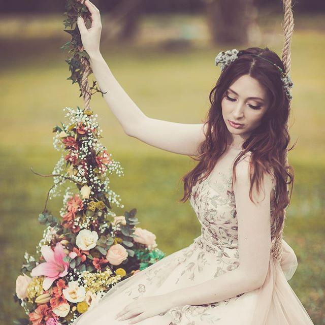 Soul Bride 👰🏼 fotos por @digofotografia e @cassimonteiro • vestido do @atelierammor • make e cabelo < e um pouco de decoração > @os_holland decor > @omeletteeventos #soulbride #weddingdress #atelierammor #osholland #rodrigoecassiana #bridalmakeup #bridalinspiration #casamento #marriage #flowers #delicate #romantic #editorial #ginger #forest #pale #palebride #ginger #nudeweddingdress #natural #outdoorswedding #fairy #makeup #weddingmakeup #weddinggown #weddinginspiration  #noiva #casamento