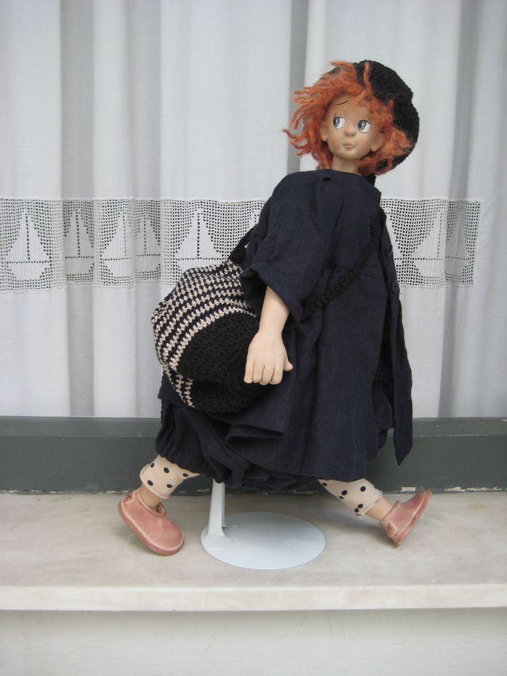 (η Nicole με λινή φούστα-πατελόνι και λινό πανοφόρι. Διαμένει πια στην Αθήνα)