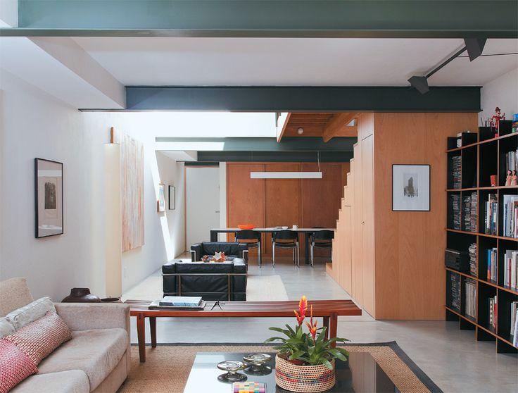 decoracao de interiores sobrados pequenos:Sobrado pequeno, mas cheio de luz, com gramado na cobertura – Casa