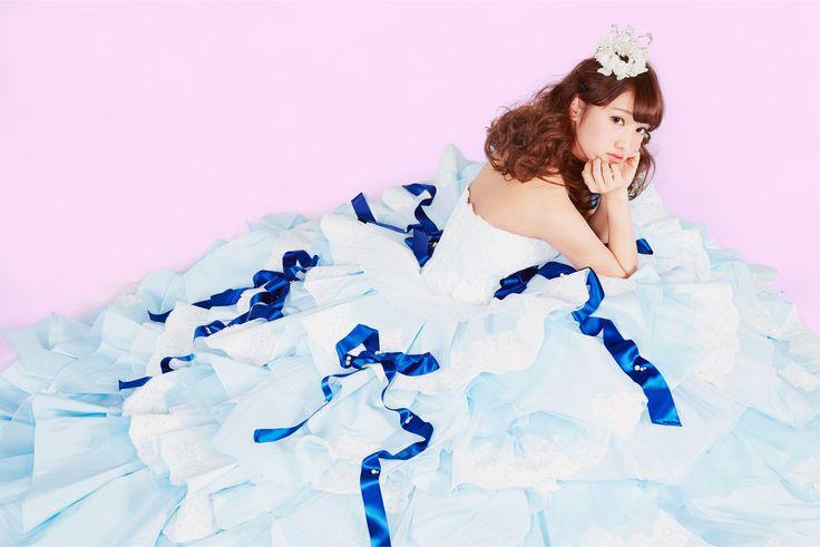 【THE HANY 2015 ジョゼット】女の子の大好きなレース、リボン、フリルそしてキラキラをぜんぶ詰め込んだドレスです。楽しげに結ばれたヴィヴィットカラーのサテンリボンは「縁を結ぶ」という意味を込めて。