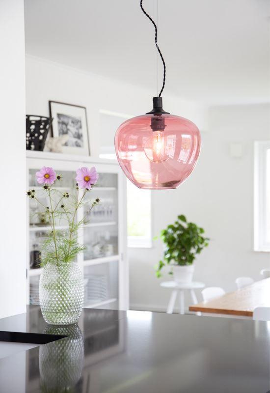 Bellissimo är en vacker taklampa med mjuk form på glaset. Den är vajerupphängd och kabeln är en svart twistad kabel. https://buff.ly/2xg5fAe?utm_content=buffer9e8fa&utm_medium=social&utm_source=pinterest.com&utm_campaign=buffer