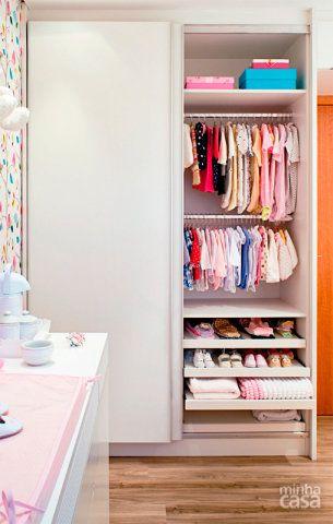 Prateleiras, poltrona de amamentação, guarda-roupa e cômoda também adotaram o branco: assim é impossível errar na combinação!