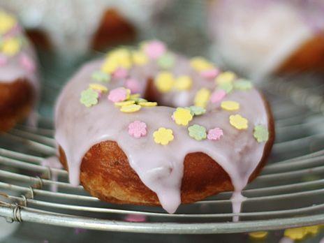 Leilas grundrecept på munkar som du sedan fyller med äpplen eller blåbär. Du kan även göra donuts med chokladfrosting eller glasyr.