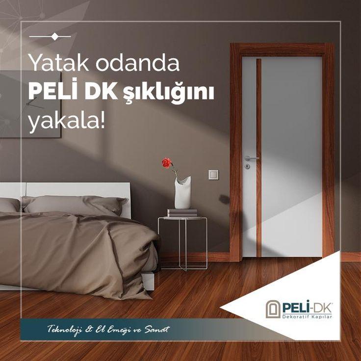 Yatak odanda Peli DK şıklığını yakala. Peli Dekoratif kapılarının İskandinav Style ile bir yatak odası dizayn etmek için; ahşap zemini, aynı dekordan kapı dekoru ve süpürgeliği ile destekleyip, duvarlarında beyaz tonlarda olduğunu farz ettiğimizde kahverengi yatak örtüsünü renkli minderlerle tamamlayabilirsiniz. Bu sayede sade, samimi, gözü yormayan, kombine edilmiş bir yatak odası sahibi olursunuz.