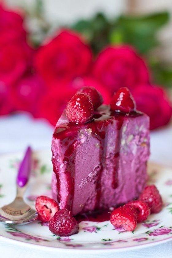 Йогуртовый торт-мороженое с ягодами.