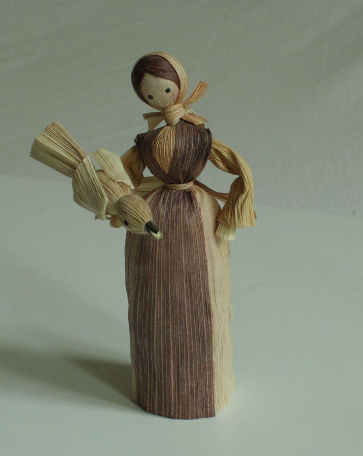 """""""Popelka s holubem"""" - panenka z kukuřičného šustí Interiérová dekorace v přírodních barvách - panenka z kukuřičného šustí. Panenka je doplněna ptáčkem z kukuřičného šustí. Jde o ruční práci, každá panenka má trochu jiný pohyb. Liší se v detailech i v barvách šatiček. Tyto panenky se dají použít i do betlému jako darovnice. Výška stojící figurky je 15 - ..."""
