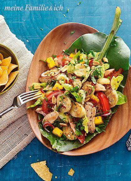 Karibischer Bananen-Putensalat, Exotischer Mix mit Kaffee-Limetten-Dressing. (feste Bananen, Römersalat, Tomaten, rote Zwiebeln & Mango) Tipp: Veggie-Variante. Wer auf das Putenfleisch verzichten will, kann den Salat stattdessen mit gebratenen Tofu-Streifen zubereiten.   burdafood.net/Oliver Brachat http://www.daskochrezept.de/meine-familie-und-ich