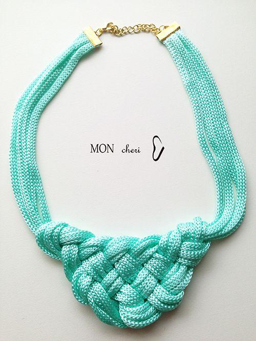 Collar hecho a mano con cordones verde menta