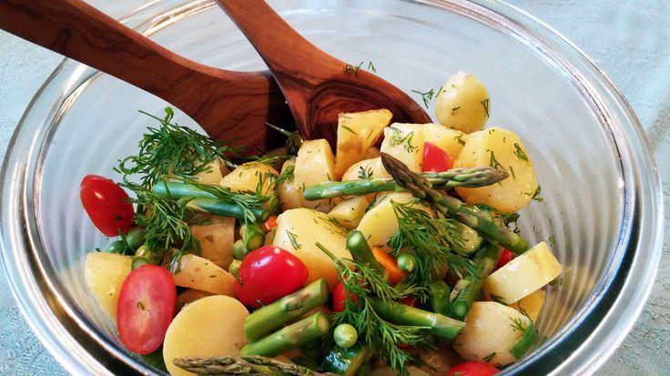 Kold kartoffelsalat er utroligt lækkert som tilbehør til sommeraftenen. Her får du en opskrift på kold kartoffelsalat der laves let og som smager fantastisk