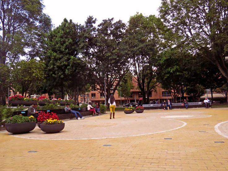 16. La plaza principal está adornada con flores y dotada de bancas para descansar, conversar y relajarse.