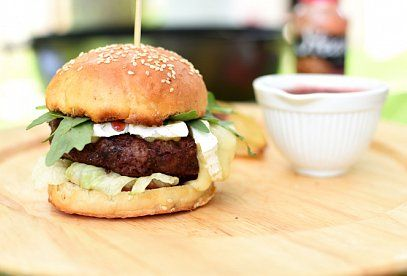 Hovězí burger se sýrem Brie, brusinkovou omáčkou a salátem
