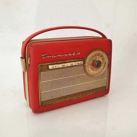 Radio Nordmende Transita. Original de los años 60. En un intenso color rojo con apliques dorados.