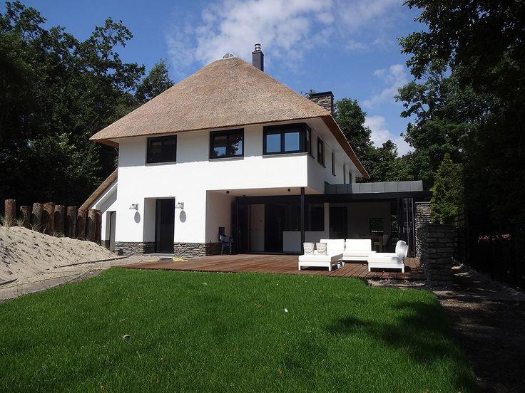 BNLA architecten maakte het ontwerp voor deze klassieke villa nabij de Zeeuwse kust. Dit droomhuis werd voorzien van diverse strakke details en moderne technieken zoals een aluminium harmonicapui die geheel geopend kan worden. De woonkeuken en het terras smelten samen en de grens tussen binnen en buiten lijkt te vervagen.