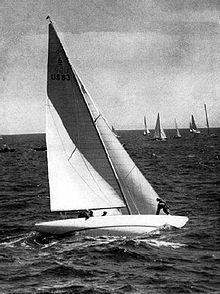 """6 metres US 83  """"Llanoria"""", vainqueur de la One Ton Cup en 1951 et 1957, médaille d'or aux Jeux olympiques de 1948 et 1952 avec Herman Whiton à la barre."""