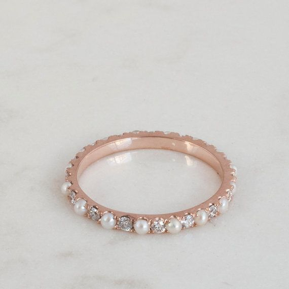 Un anneau déternité luxueux, avec des diamants et perles dans une succession alternée. Magnifiquement situé dans une bande de Solid Gold que ces diamants scintillent toujours si magnifiquement entre les perles. Vous vous sentirez un sentiment immédiat de joie lorsque vous faites glisser cet anneau sur. Les bords intérieurs sont si lisses et ces diamants scintillent comme des étoiles dans la nuit.  Jai fait de grands efforts pour trouver des perles parfaits pour cette bague et chacun deux est…