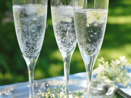 Blanda vodkan, flädersaften och limesaften i god tid i flaskor. Häll i sockerdricka och ev is vid servering. Ett alkoholfritt alternativ är flädersaft blandad med mineralvatten och skivad lime.