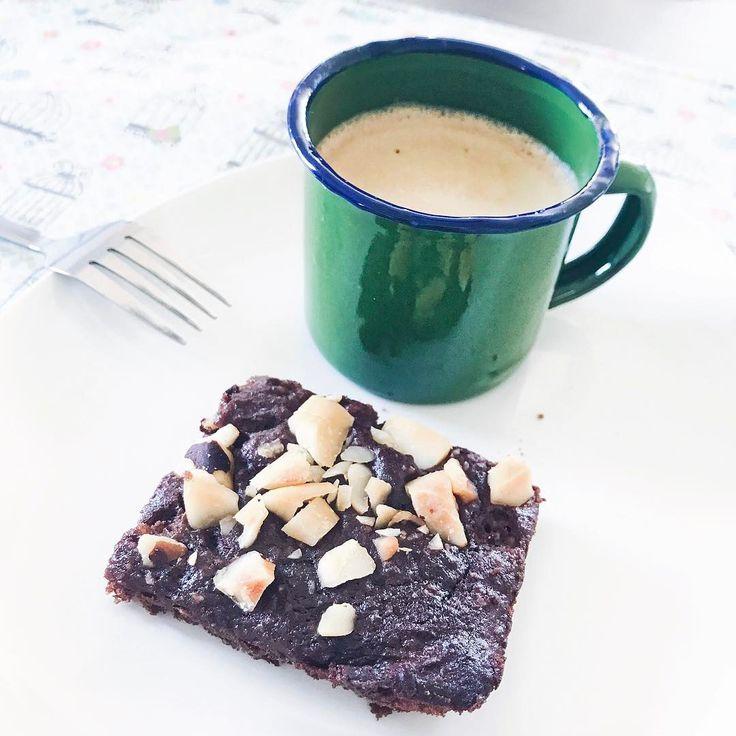 Sobremesa de domingo 😋 brownie lowcarb + café ☕️ combinação perfeita!!! 😍 amo muito tudo isso!!! 💛