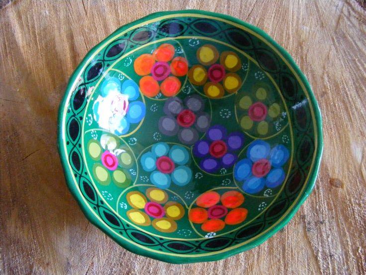 De Fairtrade aardewerk schalen zijn met de hand gemaakt in Mexico. De bloemen zijn prachtig aangebracht in verschillende kleuren. De Fairtrade schaal is verkrijgbaar in het groen, licht blauw en donker blauw.