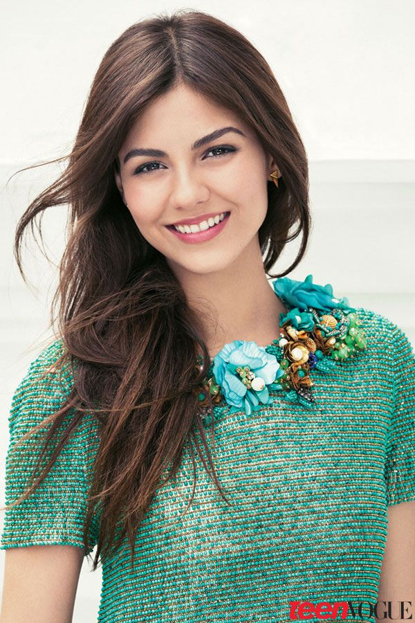 Loving this look of voluminous straight hair and natural makeup for your senior portraits! / Victoria Justice