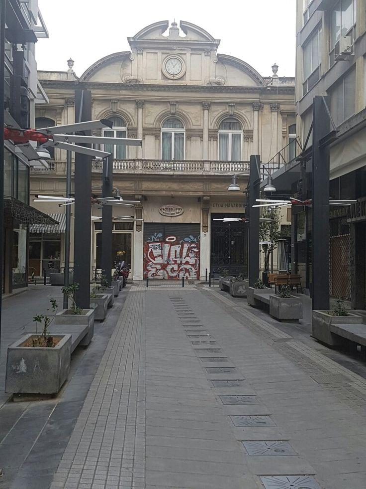 Ο χρόνος έχει παγώσει και οι δείκτες του ρολογιού στη στοά Μαλακοπής στη Θεσσαλονίκη «σημαδεύουν» την ώρα του σεισμού του 1978.