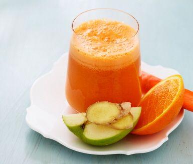 Juice på morot, äpple, apelsin, mynta och ingefära är ett uppiggande recept för råsaftcentrifugen. Lägg i kylda frukter och grönsaker så får du en god och sval juice. Ingefäran behöver inte ens skalas! Fyllig och sötfrisk med fräsch mintsmak.