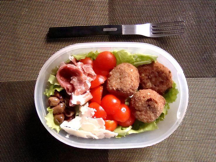 Schiscetta - Insalata con Polpette di Melanzana e semi di sesamo con pomodorini , prosciutto crudo, scaglie di Parmigiano Reggiano e olive t...
