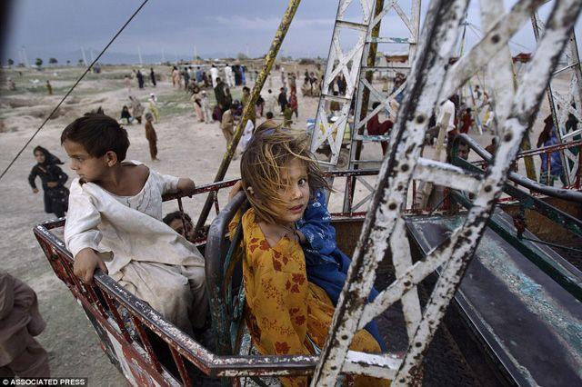 Szívszorító fotók: így játszanak a gyerekek Pakisztán nyomornegyedeinek vidámparkjaiban  http://www.nlcafe.hu/utazas/20150429/pakisztan-nyomornegyed-vidampark-fotok/
