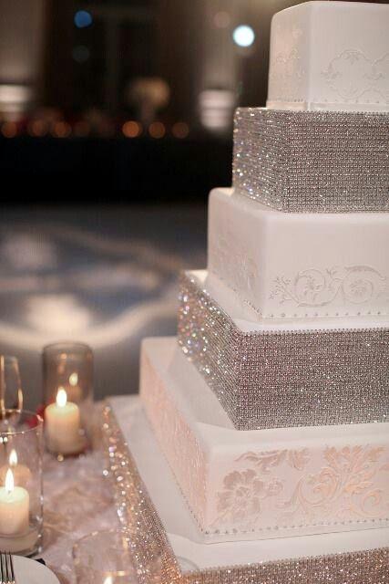 Un gâteau fabuleux avec des diamants comestibles. Demandez à votre pâtissier.