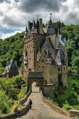 Het hoofdpersonage van de grijze jager groeit op in een kasteel. Later in het verhaal keert hij nog een paar keer terug naar dit kasteel. Ik vind dit kasteel er wel bijpassen omdat er beschreven staat dat het kasteel op een heuvel ligt. Deze foto doet me ook denken aan de oorlog helemaal in het begin van het verhaal die zich voor het kasteel afspeelde.Ook heeft ze veel torens, dat staat ook zo in het boek.