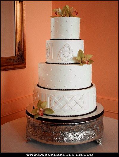 Pretty Celtic knotting on a wedding cake