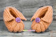 Tutorial con foto e spiegazioni per fare Babbucce ai Ferri in lana o cotone. Facili da fare, modello a maglia adatto a neonati, bambini e anche adulti.