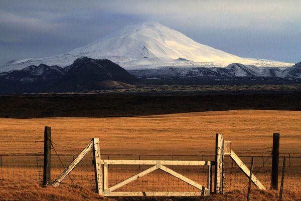 """Hekla a legmagasabb és legaktívabb vulkán Izlandon, így nem meglepő, hogy az emberek démoni erőket társítanak hozzá. A középkorban, az európaiak a """"Pokol kapujának"""" nevezték és a legenda úgy tartja, hogy minden kárhozatra ítélt lélek a kráteren keresztül vezető úton jut az alvilágba"""