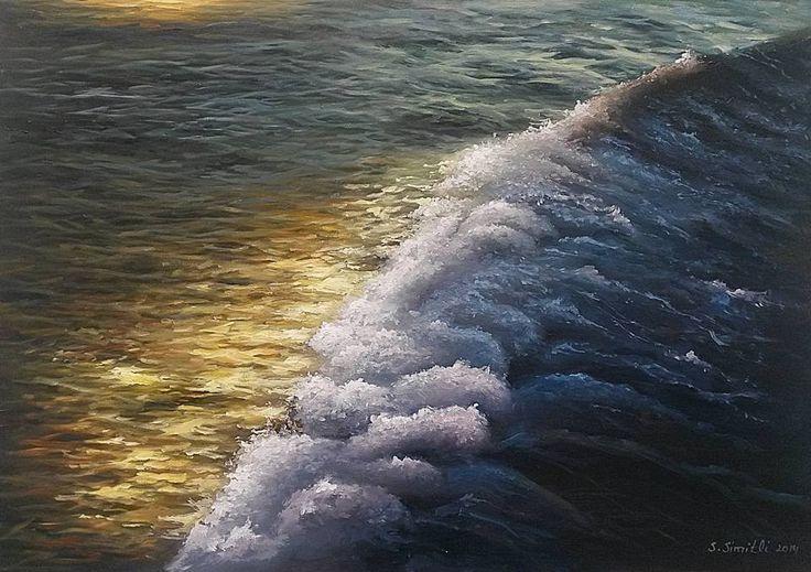 YANSIMA  Hava rüzgarlı, Kıyıya vuruyor! Köpüklü dalgalar… Uzaklarda kayboluyor! Açık mavi… Güneşin batışını izliyorum! Yanımda olmasan da…  Dalgalı sarı saçlarınla,  Gördüm hayalini! Geriye çekilen sularda… Dokundum ve hissettim! Bozulmayan bir ''şey''din. Anladım ki,  Sende hiç gitmek istemedin.  Savaş Simitli 251121 ağu 14