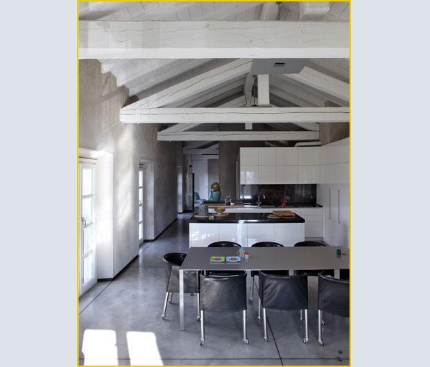 vista in laterizi pavimentazione in cotto soffitto con travi a vista ...