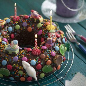 Dieser Geburtstagskuchen sieht fast aus wie ein Weihnachtskranz, so schön ist er. Weitere Ideen für Deinen Kindergeburtstag gibt es auch bei blog.balloonas.com