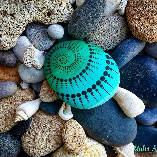 #YuliaArtDots #paintedpebbles #paintedstone #seatreasure #pebble #rocks #stones #spiral #fractals #fractalart #dots #dotartpainting #dotting #dotartwork #turquoise #seainspired #sea #