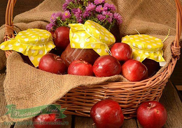 Da, mere rase la borcan conservate pentru iarna. Cand te pricopsesti cu cateva ladite de mere ionatane,sanatoase care nu au vazut decat lumina soarelui si stropii de ploaie , te intrebi ce ai mai putea pregati din ele ca sa te bucuri si mai tarziu de parfumul lor. Pentru ca nu am unde le depozita