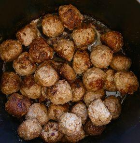 Hejsan hejsan, Jag fick en tips av en läsare att prova köttbullar med rostad lök. ni vet sådan där lök man köper i burkar och brukar ha till grillad korv. Detta blev jättegott, ni måste prova! Till köttbullarna behöver du : smör att steka i 1 kilo blandfärs 1 ägg … Läs mer