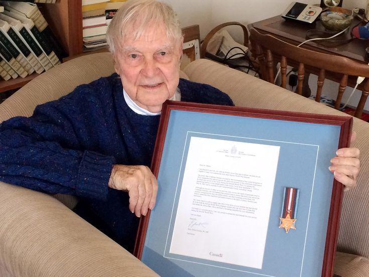 L'ancien combattant de la guerre navale Gerry Butler tient la lettre encadrée et la médaille Arctic Star qu'il a reçues d'Anciens Combattants Canada.