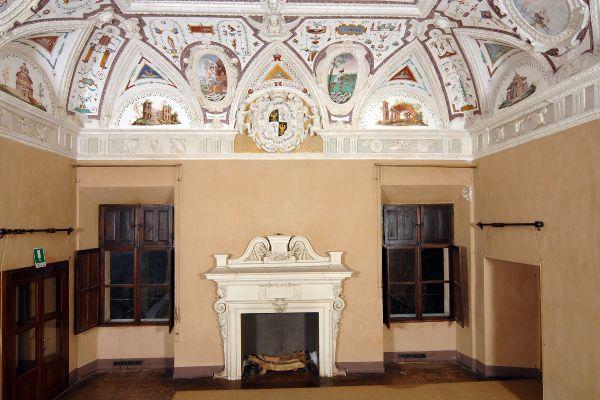 """Giovanni Angelo Dolce (di Savigliano, attr.) - Salone delle grottesche, dettaglio del soffitto con """"Emblemi e motti""""  - dopo  1563 - affresco - Castello della Manta, Manta (Cuneo, Piemonte)"""