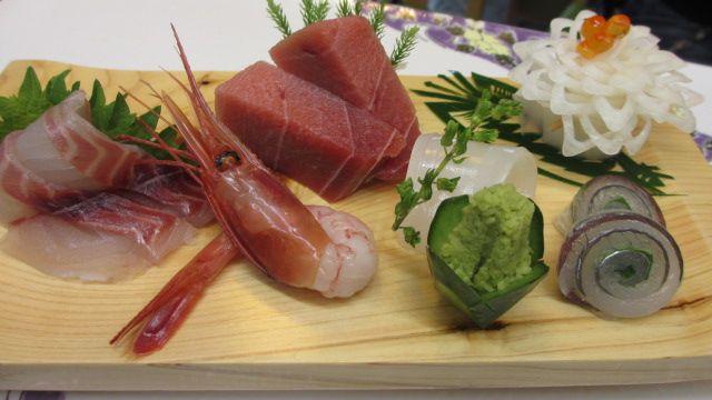福寿司支店: 刺盛り+1ドリンク。お刺身は旬のものをご提供。