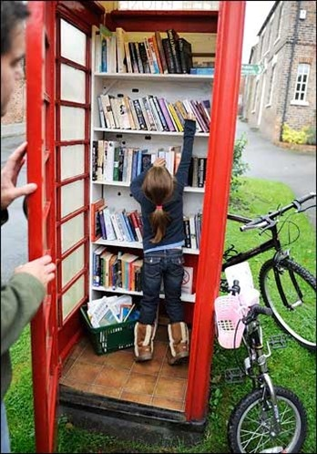Public library at a phone booth!  Neat concept...given the right area, an area with very honest people :o)