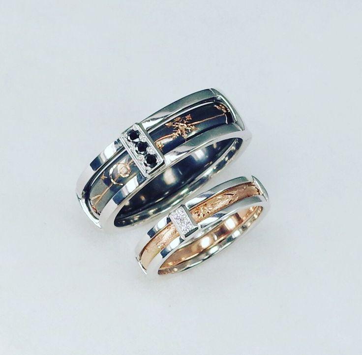 カッコいいマリッジリングが完成しました。この指輪は中心のリングかフリーなので回りまし(^。^) プラチナとピンクゴールドで作りブラックダイヤモンドとピンクダイヤモンドを留めてピンクゴールドには和彫りで四季のデザインを彫ってます。