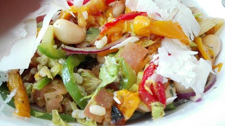 Salade de riz au poivrons grillés et crus, fèves, Parmesan et pesto