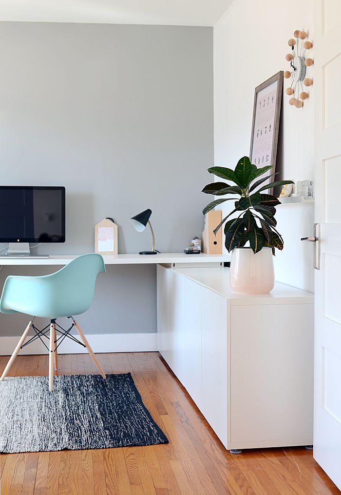 Schlichtes Arbeitszimmer mit türkisem Eames Chair