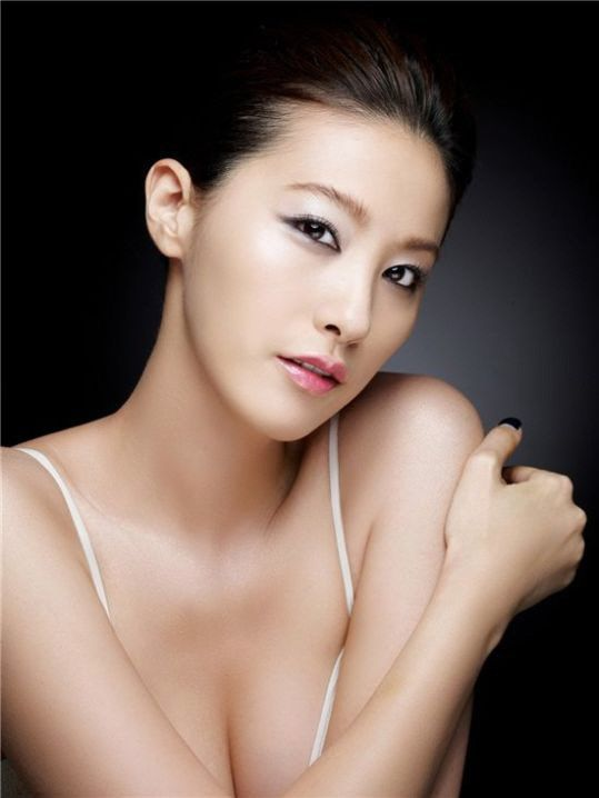 Yoo In-young in this pic carries a sense of simplicity and never the less sexy.