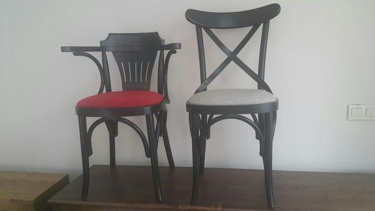 Tonet sandalyeler siyah ve kırmızı uyumu.